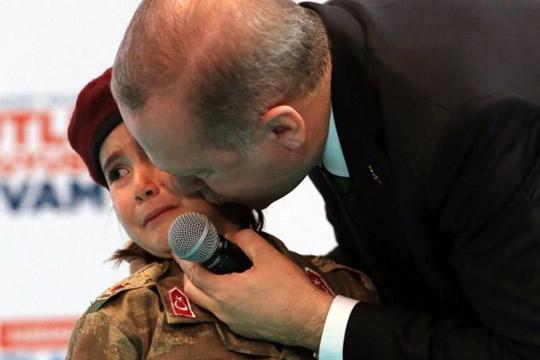 Сите во шок: Ердоган мета на критики поради разговорот со ова девојче (ВИДЕО)