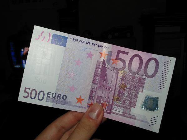 Странец разменил фалсификувани 60.000 евра во Македонија