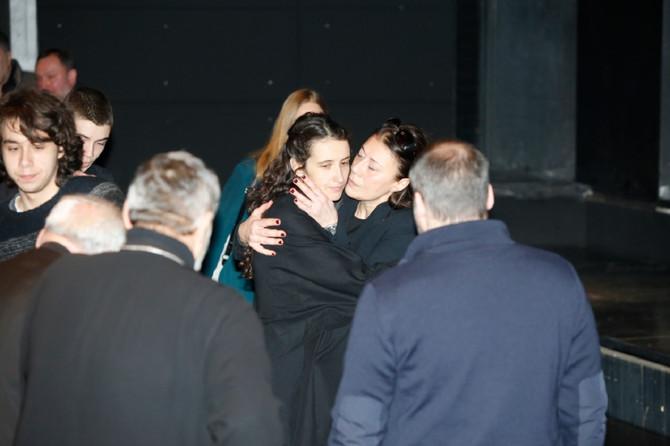 Најтрогателната фотографија од комеморацијата за Глоговац: Си беа утеха една на друга