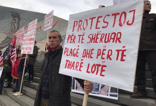 ИНА: Започнаа протестите против монтираните случаи брз Албанците