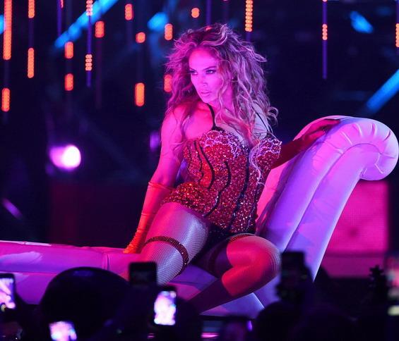 Од секси-посекси: Џенифер облече 8 комбинации на концерт пред Супер Боул (ГАЛЕРИЈА)