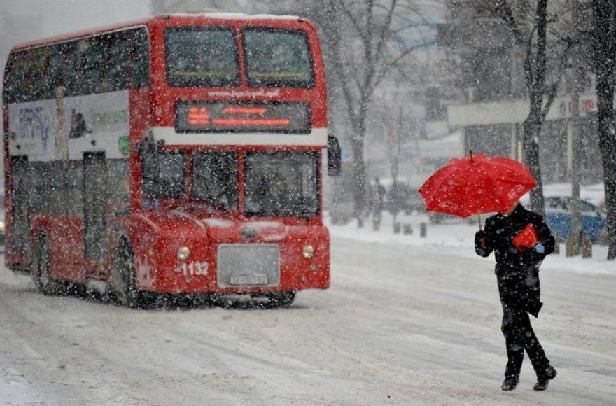 Поради снегот во Скопје, скратени или не сообраќаат повеќе автобуски линии