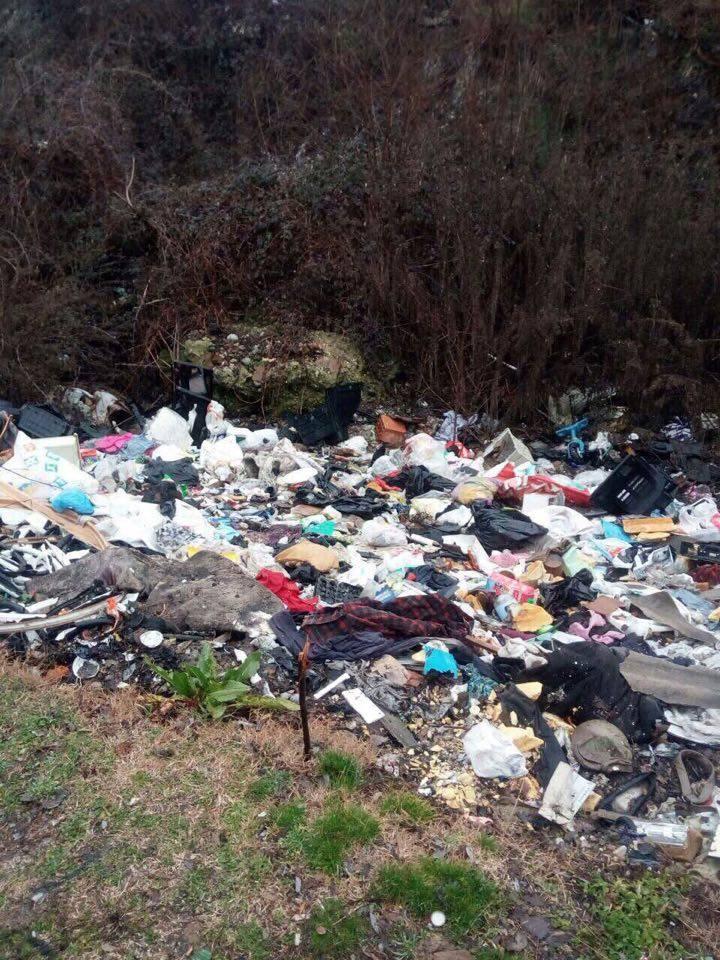 Карпош натрупан со ѓубре: Граѓаните живеат во смрдеа, Богоев се фали дека чистел лисја (ФОТО)