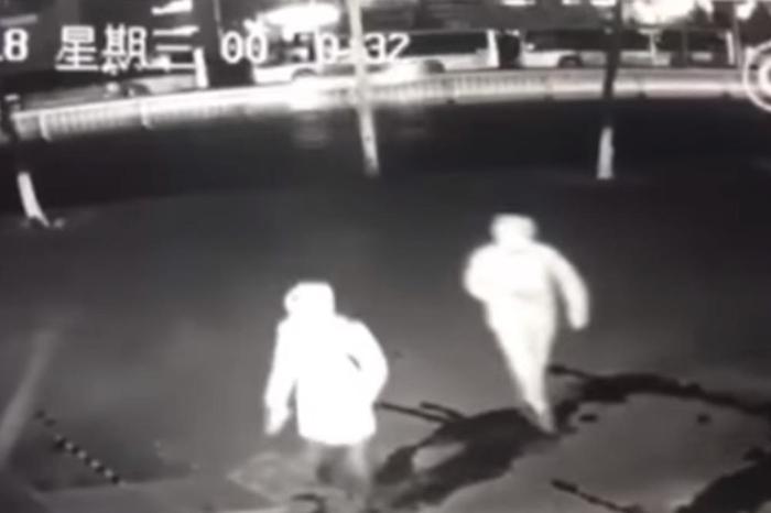 """ВИДЕО: Ова се најлошите крадци на светот, """"грабеж"""" во Кина со кој ќе се смеете цел ден"""