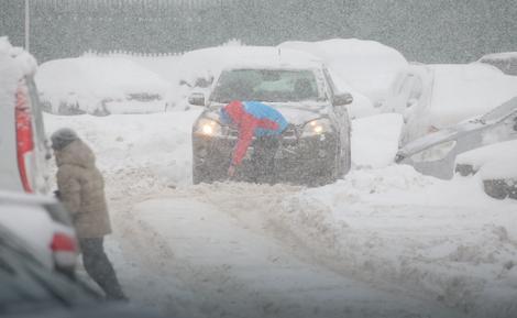 СНЕЖНА АПОКАЛИПСА: Во Москва за 24 часа наврнала рекордна количина снег, срушен рекордот стар половина век (ФОТОГАЛЕРИЈА)