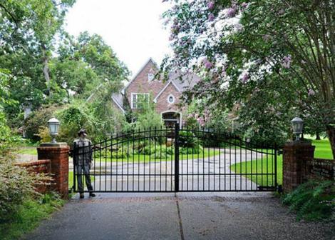 ГАЛЕРИЈА: На прв поглед делува како куќа од соништата, но кога ќе погледнете внатре ќе ви стане јасно зошто никој не сака да ја купи