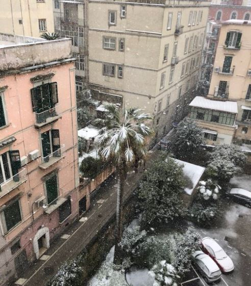 ФОТО: По повеќе од половина век снег и во Неапол