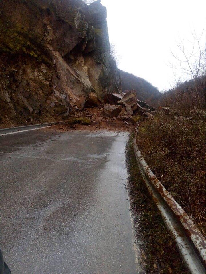 ФОТО: Голем одрон го блокираше патот Македонска Каменица- Кочани, надлежните спијат