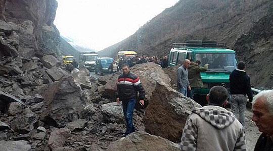 Големи одрони од камења ги блокираа Македонците во Гора