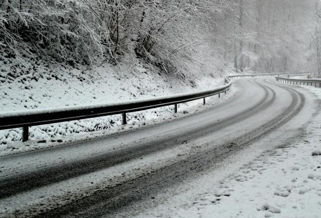Снегот го отежнува сообраќајот на патиштата низ Македонија