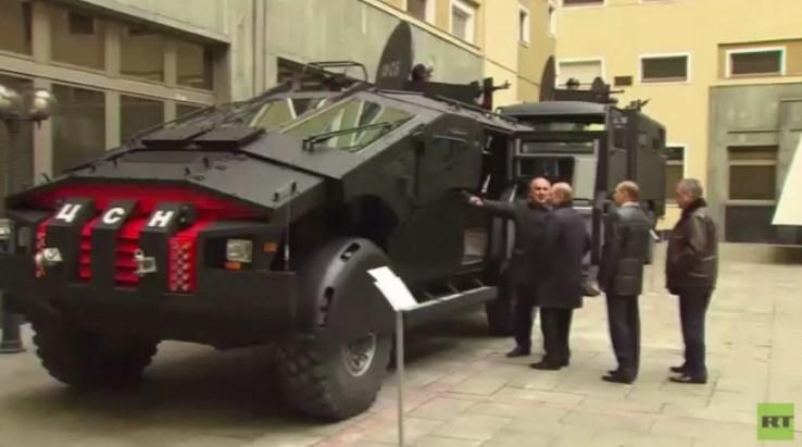 """ВИДЕО: Путин ги прегледа новите непробојни """"ѕверови"""" на руските единици"""