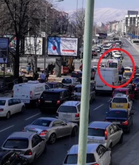 Бугарскиот претседател поважен од човековиот живот: Полицијата поради делегација ја држи брзата помош на раскрсница (ФОТО)