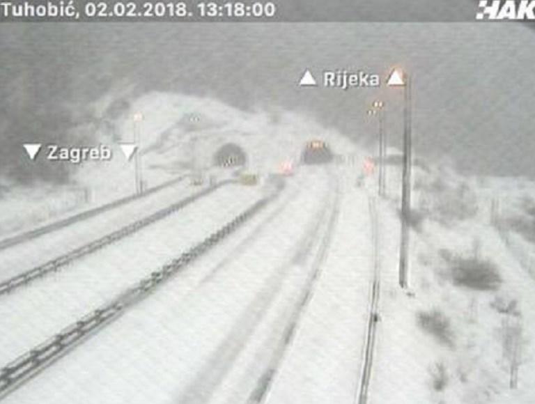 ФОТО ГАЛЕРИЈА: Снегот доаѓа кон Македонија, предизвика колапс на Балканот