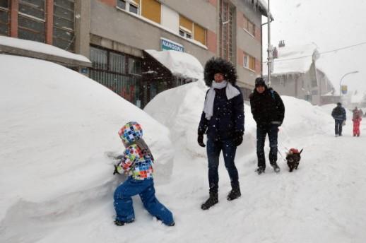 Ниските температури го замрзнаа морето во Хрватска