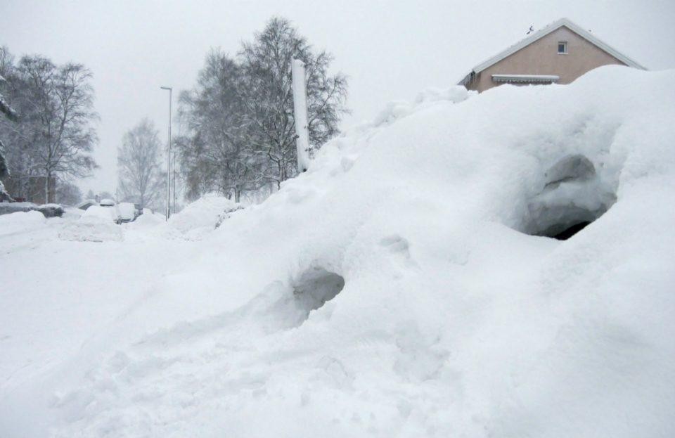 СНЕГ ДО 3 МЕТРИ: Оваа европска држава е блокирана од снежни наноси (ФОТО)