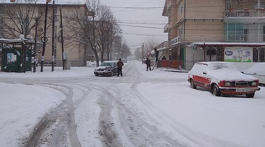 Снегот го отежна сообраќајот и во Гевгелија