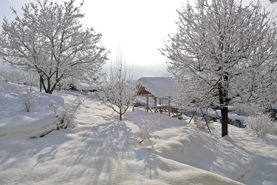 Снегот блокира повеќе патишта низ Македонија, десетина села се отсечени