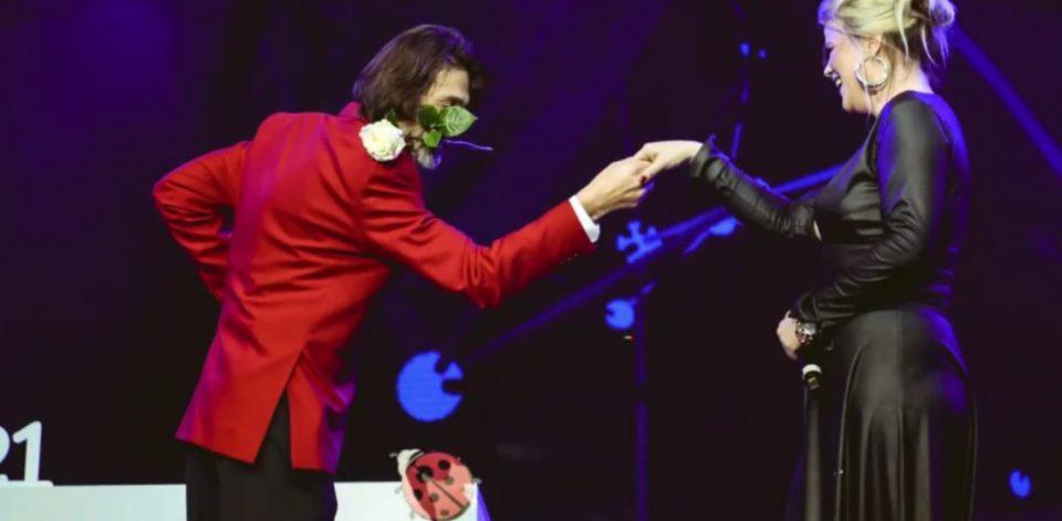 """ПРИСУТНИТЕ ИМАА ШТО ДА ВИДАТ: Пејачката Дани се појави во провиден фустан на сцената на """"Бубамара"""" (ФОТО)"""