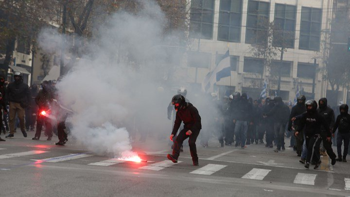 ФОТО: Демонстрантите во Атина се судрија со полицијата, таа им фрли солзавец