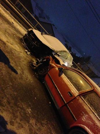 ФОТО: Сообраќајка вечерва во Скопје, автомобилите смачкани