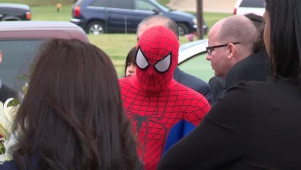 ВИДЕО: Спајдермен дошол на погреб на петгодишно момче– кога ја симнал маската сите заплакале