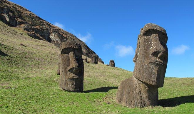 Туристи ги оштетиле најпознатите статуи во светот заштитени од УНЕСКО