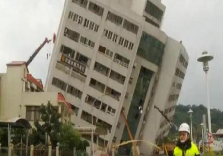 Мајка го подава своето дете преку прозор за да го спаси- потресно видео од земјотресот во Тајван