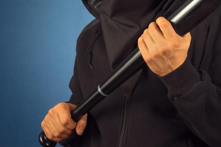 Со безбол палка и нож ограбиле продавница во Визбегово