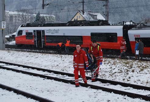 СЕ СУДРИЈА ДВА ПАТНИЧКИ ВОЗА: Една жена загина, 22 лица повредени, меѓу нив и 3 деца (ФОТО)