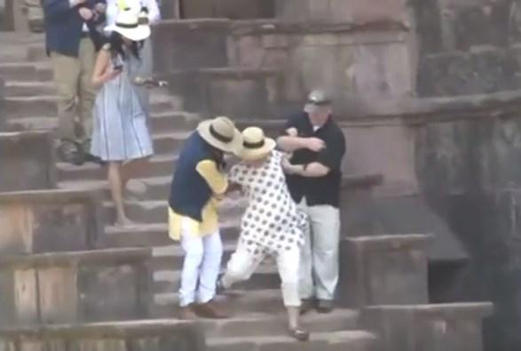 ХИТ на интернет: Хилари Клинтон за малку ќе излеташе од скалите (ВИДЕО)