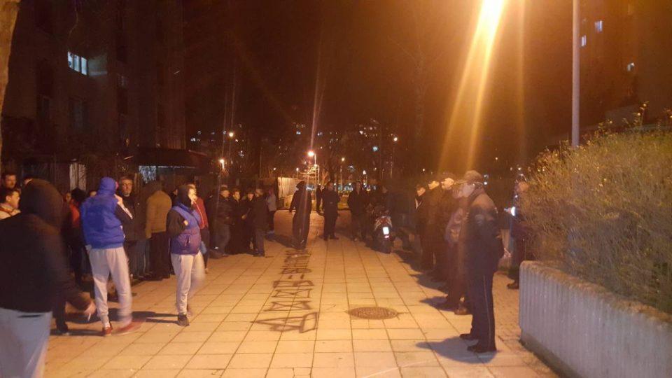 ФОТО: Аеродромци против двојазичноста – граѓаните протестираа пред домот на пратеникот Диме Велковски