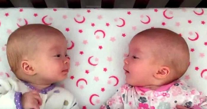 Најслаткото видео кое го имате видено: Мајка ги оставила своите близначиња во креветче, а потоа…
