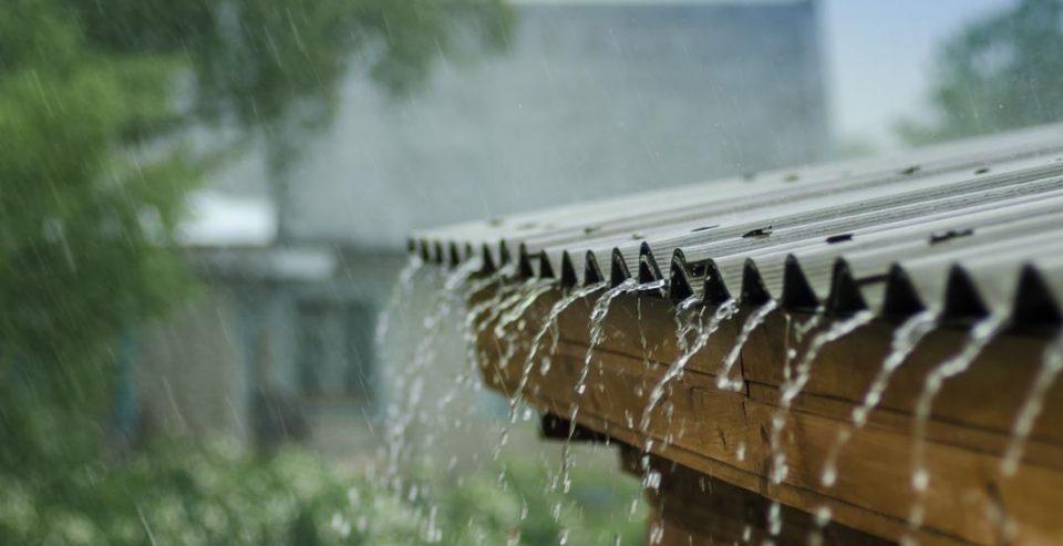 Променливо облачно, наместа пороен дожд и засилен ветер