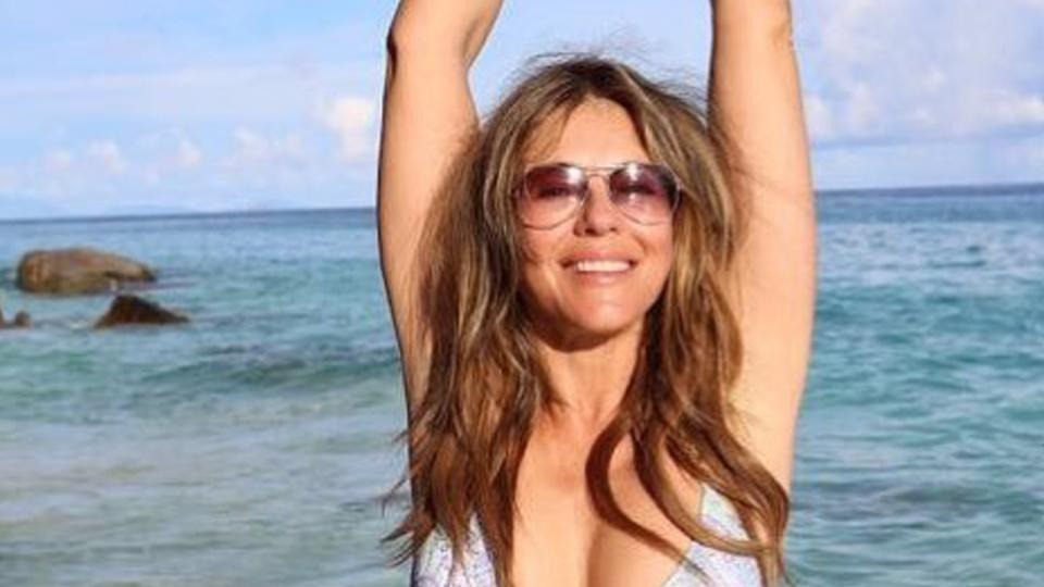 Таа има 52 години, а изгледа како секс-бомба: Елизабет Харли позира во мини бикини (ФОТО)