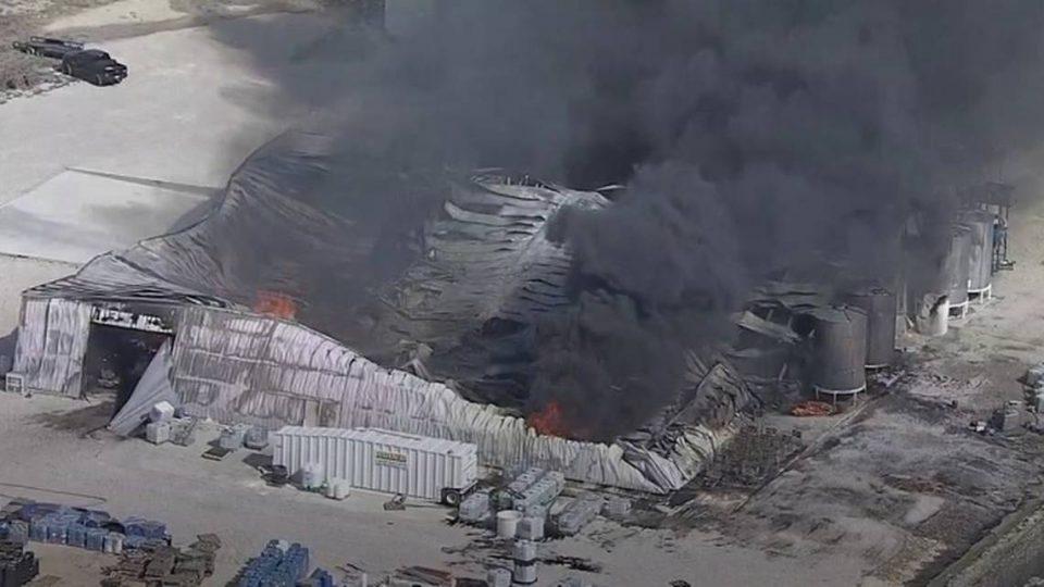 Експлозија во Тексас: Гори хемиска фабрика, исчезна едно лице (ВИДЕО)