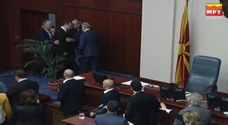 ФОТО ГАЛЕРИЈА: Груевски му се спротивстави на Џафери при носењето на неуставниот закон