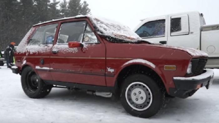 Од 30 години старо Југо направиле ѕвер кој оди над 100 километри на час на лед (ВИДЕО)