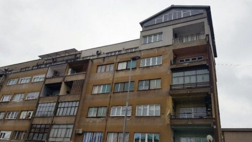 Ова го има само во Босна: Си изградил куќа на покривот на станбена зграда (ФОТО)