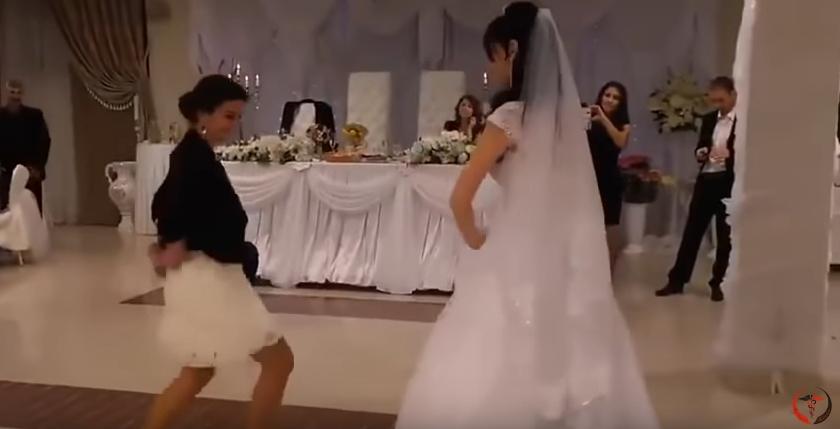 ВИДЕО: Кумата ги засени невестата и младоженецот, немате видено некој друг вака да игра