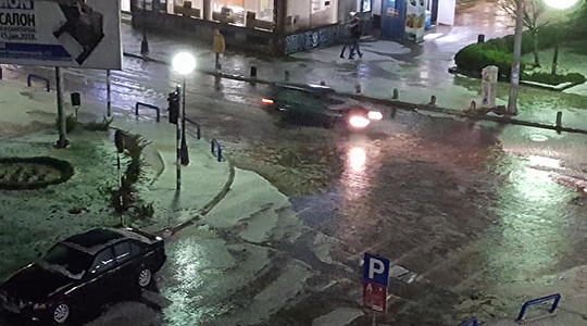 Град со големина на лешник во Куманово, пороен дожд и силни електрични празнења