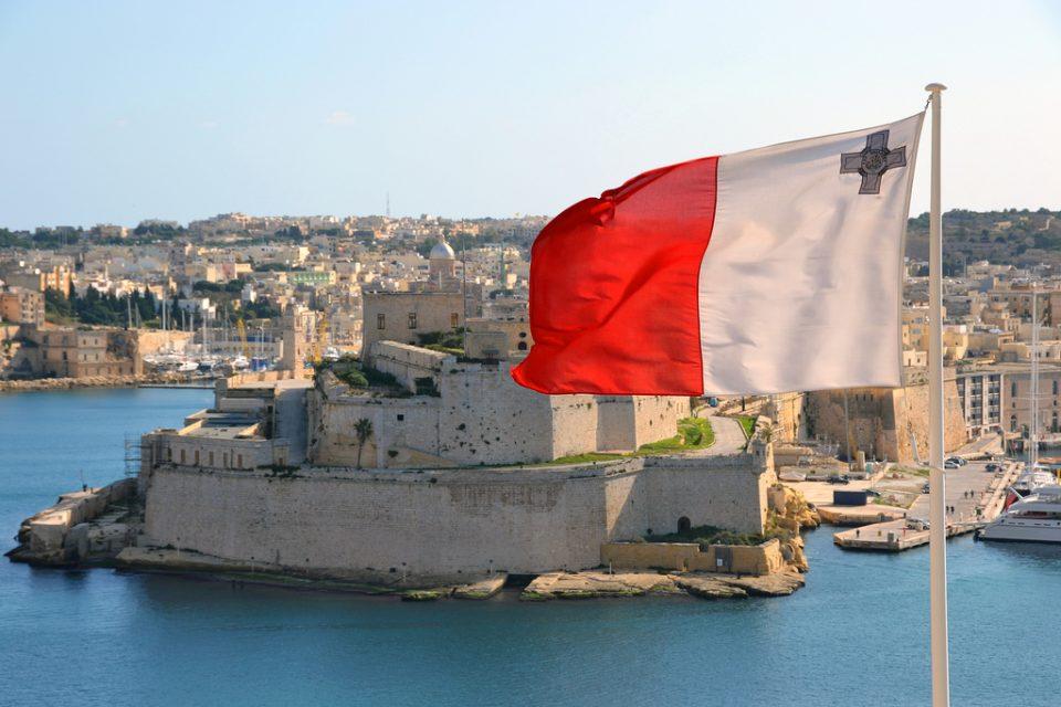 На Малта приведени повеќе од половина од сообраќајните полицајци заради лажирање прекувремени часови