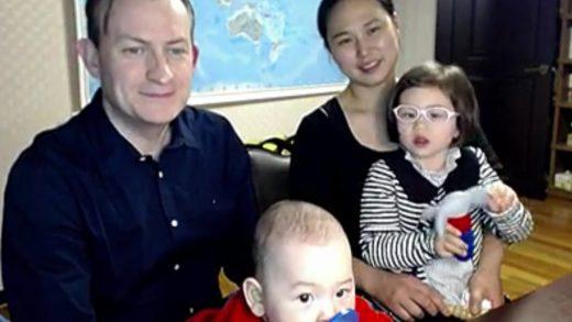 """Се сеќавате на """"Би-би-си таткото""""- поради децата кои му го уништија интервјуто стана интернет ѕвезда (ВИДЕО)"""