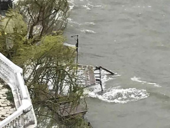 ФОТО: Мостот на желбите целосно урнат во силното невреме во Охрид