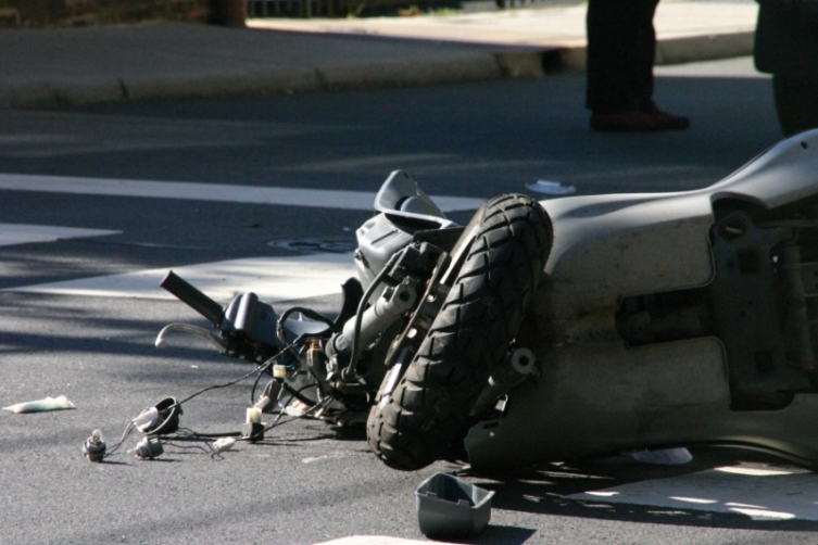 Мотоциклист тешко повреден: Излетал од пат, удрил во ограда и паркирано возило