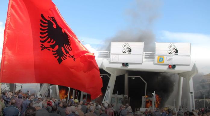 Албанија: Демонстрантите го запалија наплатниот пункт, Рама најави патарина и на други патишта