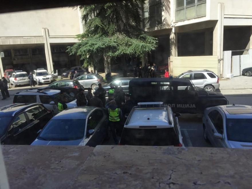 Врие полиција кај Собрание во пресрет на гласањето за двојазичност (ФОТО)