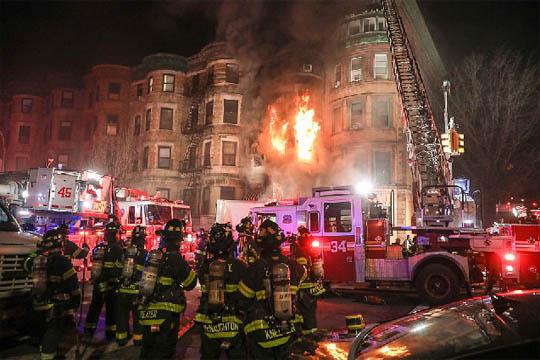 Пожарникар загина на местото на снимањето на филм со многу холивудски ѕвезди (ФОТО)