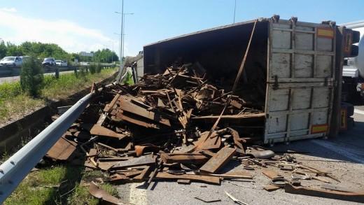 Превртен камион го блокира сообраќајот на патот Крупиште-Пробиштип