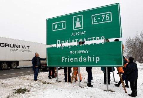 """Исполнета е желбата на Заев и Ципрас: Поставени таблите """"Пријателство"""" на автопатот (ФОТО)"""