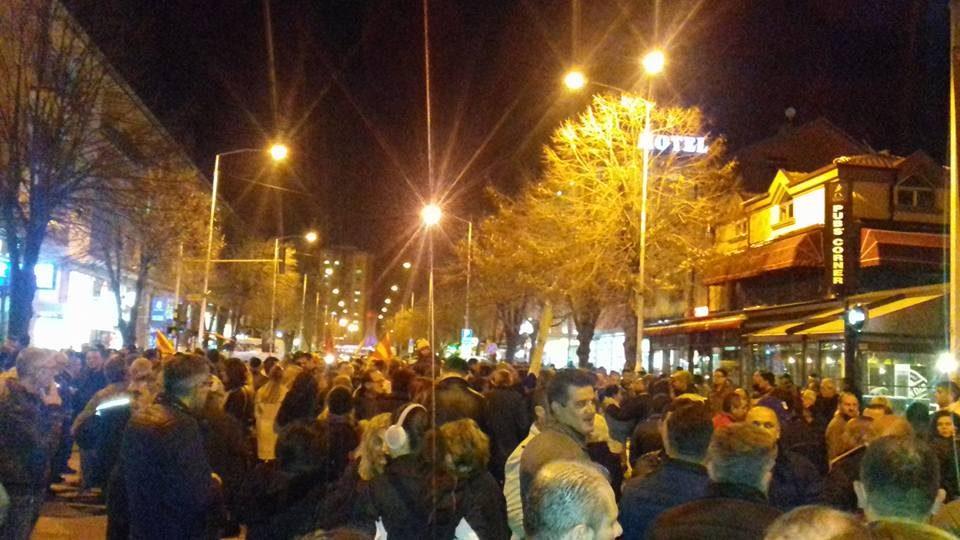 ФОТО: Прилепчани излегоа на улиците на протест против двојазичноста